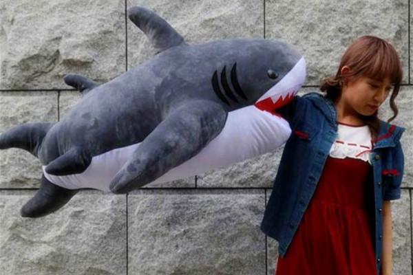 超猎奇鲨鱼抱枕!让你体验被吃掉的感觉